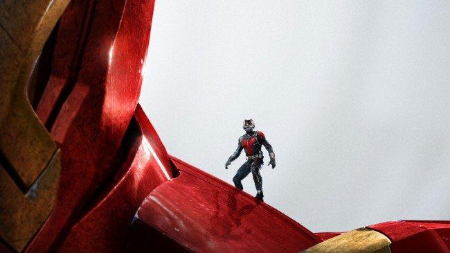 アイアンマンの肩に乗るアントマン
